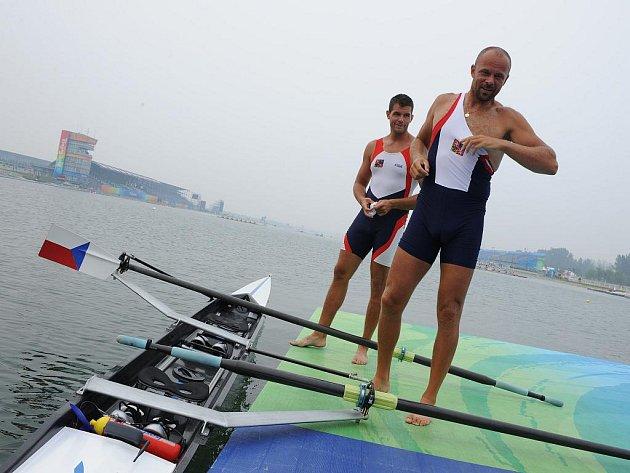 Veslař Václav Chalupa (vpředu) se svým kolegou Jakubem Makovičkou na olympijských hrách v Pekingu.