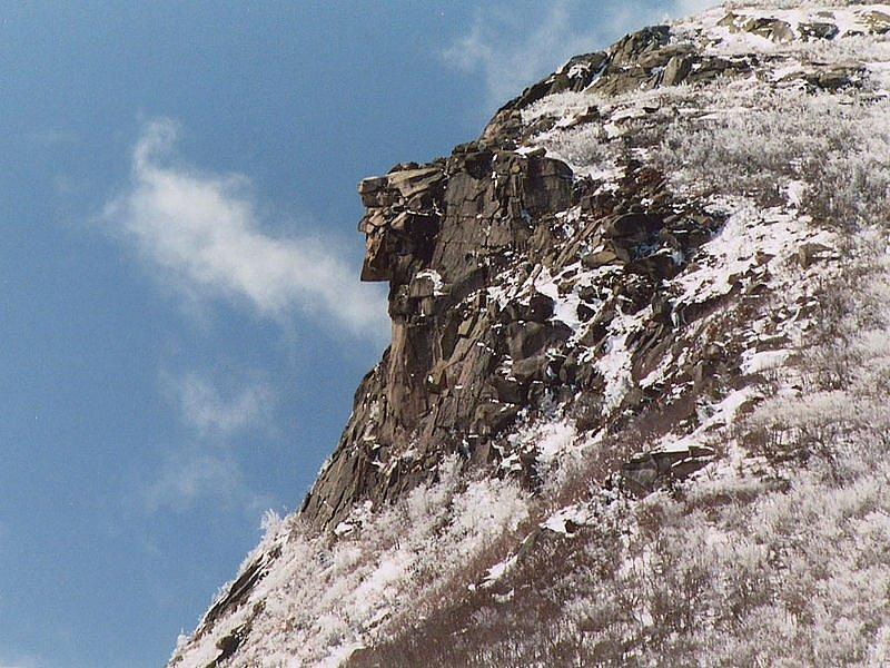 Tvář starého muže připomínaly skalní výstupky na vrcholu newhampshirského Cannon Mountain. Odpadly v roce 2003. Profil lze dosud najít například na tamních platidlech či známkách. Takhle útvar vypadal týden před zřícením.