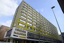 Městská část Praha 10 v budově, která dříve sloužila jako ubytovna pro zahraniční dělníky, počítá se startovacími byty, bydlením pro seniory a handikepované.