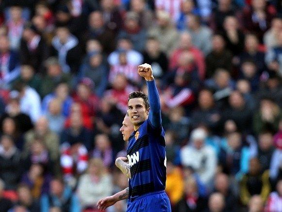 Robin Van Persie oslavuje trefu do sítě Sunderlandu.