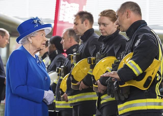 Královna Alžběta II. navštívila Grenfell Tower a poděkovala hasičům