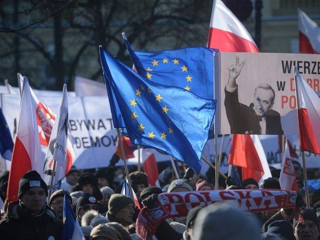 Tisíce Poláků dnes vyrazily do ulic Varšavy a třech desítek dalších měst na demonstrace proti politice současné vlády.