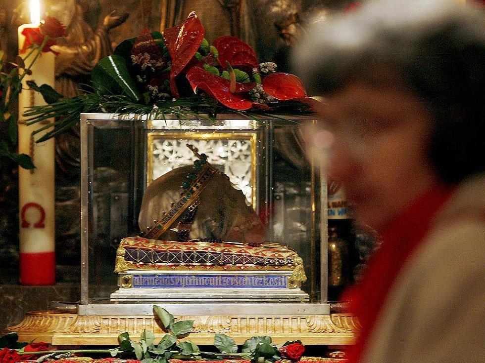 relikvie v podobě lebky svatého Václava byla vystavena v kryptě svatováclavské baziliky.