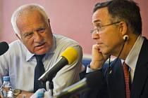 Kulatý stůl na téma Ukrajina mezi Evropou a Ruskem, kterého se zúčastnil bývalý prezident ČR Václav Klaus, proběhl 8. července v Praze. Na snímku s ředitelem Amerického institutu na Ukrajině Anthonym Salviou.