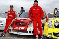 Martin Prokop (vpravo) a Jan Tománek se svým Citroënem C2 v depu Polské rallye.