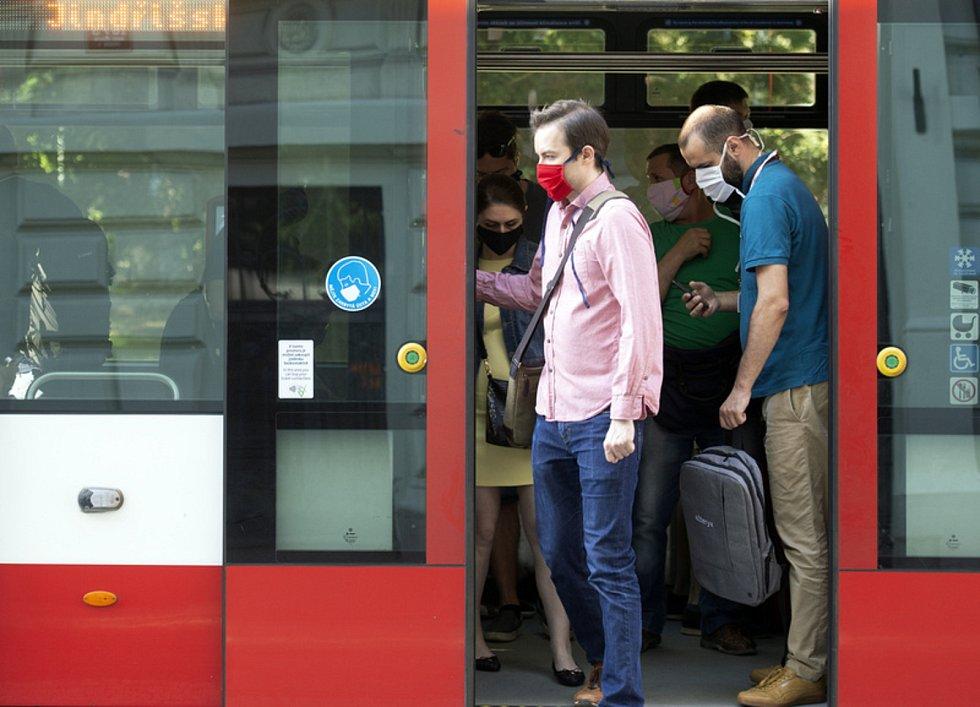 Cestující s rouškami v pražské tramvaji