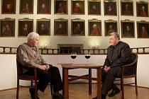 Exkluzivní rozhovor dvou mimořádných osobností v pořadí už třetím pokračování Společného výslechu přináší ČT na Nový rok 1. ledna. Od 16:20 se mohou diváci zaposlouchat do rozpravy kardinála Dominika Duky a vědce Jiřího Grygara v režii Jiřího Stracha.
