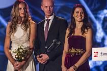 Nejlepším sportovním kolektivem byl zvolen fedcupový tým. Pro cenu si přišli kapitán Petr Pála s Karolínou Plíškovou (vlevo) a Lucií Šafářovou.