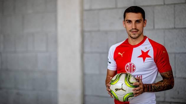 Rumunský fotbalista Nicolae Stanciu se stal další posilou mistrovské Slavie a podepsal s ní smlouvu na čtyři roky.