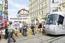 Stávkující zablokovali pražskou magistrálu balíky slámy
