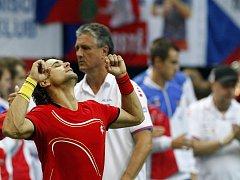 David Ferrer ze Španělska se raduje z vítězství nad Radkem Štěpánkem ve finále Davis Cupu v Praze.
