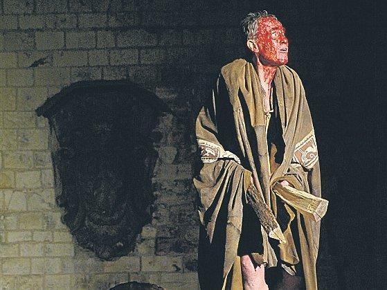 KALIBAN. Jan Tříska v Bouři, expresivně pomazaný lesním ovocem.
