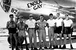 Bombardér Enola Gay s posádkou. V srpnu 1945 tento stroj svrhl jadernou pumu Little Boy na japonskou Hirošimu