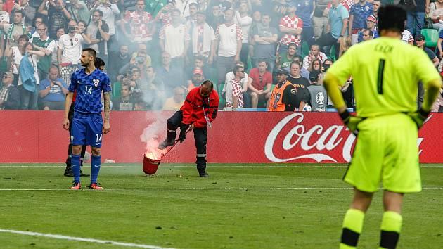 Chorvatští fanoušci naházeli na plochu nebezpečnou pyrotechniku.