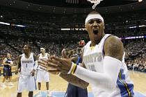 Carmelo Anthony (v popředí) se raduje z postupu Denveru před Dallas do finále Západní konference NBA.