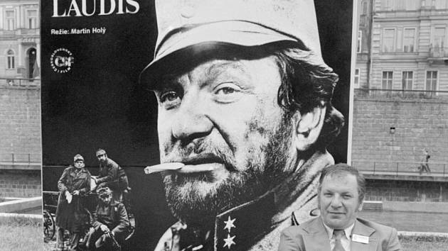 VLADO MÜLLER. Na karlovarském festivalu v r. 1979 před plakátem k filmu Signum laudis.