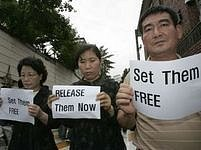 Příbuzní korejských rukojmích stojí před saúdskoarabským velvyslanectvím v Soulu.