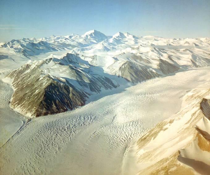 Letecký pohled na Beardmoreův ledovec.