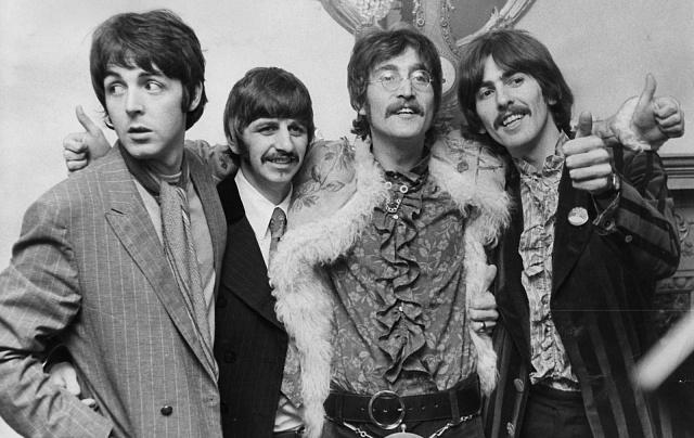 Beatles v roce 1969. Zakrátko se rozpadnou. Zatím se však nedohodli, kdy a jak to provedou. Zvažují koncert na rozloučenou - a objeví střechu