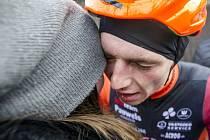 Vítěz Michael Boroš z týmu Pauwels Sauzen - Vastgoedservice příjmá v cíli gratulace.