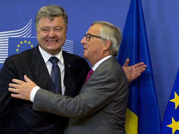 Ukrajinský prezident Petro Porošenko přislíbil vedení Evropské unie rychle uskutečnit slibované reformy, aby Evropská komise mohla poskytnout Kyjevu dvě poslední splátky z balíku pomoci ve výši 1,8 miliardy eur.
