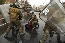 Po násilných protestech studentů v Chile zatkla policie 214 lidí