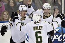 Hokejisté Dallasu (zleva) Philip Larsen, Trevor Daley a Jaromír Jágr se radují z gólu.