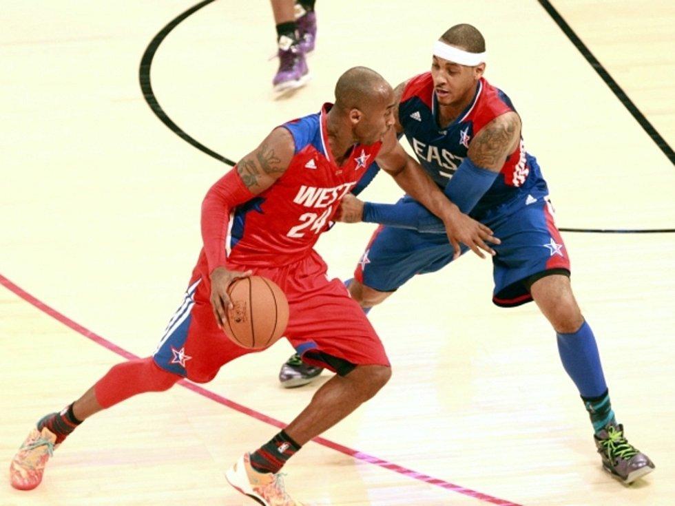 Kobe Bryant (vlevo) a Carmelo Anthony v Utkání hvězd NBA.