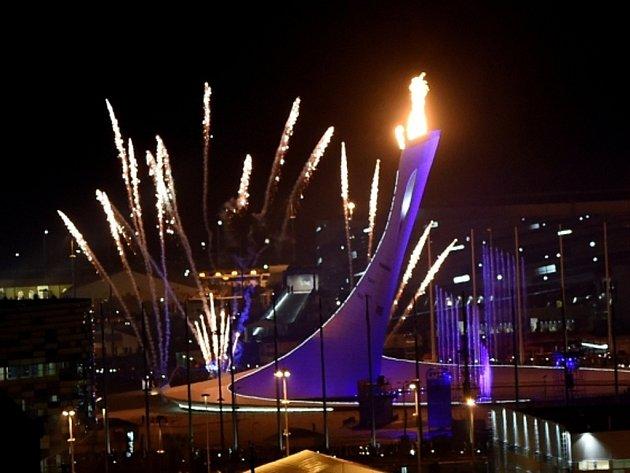Olympijské hry v Soči začaly. Oheň zapálili trojnásobní olympijští vítězové krasobruslařka Irina Rodninová a hokejový brankář Vladislav Treťjak.