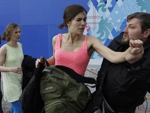 Policisté rozhánějí happening Pussy Riot v Soči.