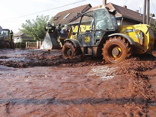 Po vydatných deštích se protrhla hráz odkalovací laguny u velké hliníkárny v maďarském městě Ajka,