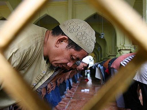 Muslimům začíná postní měsíc ramadán. Věřící za denního světla nebudou jíst, pít, kouřit ani se oddávat požitkům. Půst mohou přerušit až se západem slunce. Letošní ramadán bude pro muslimy náročný, protože připadá na dlouhé a horké dny uprostřed léta.