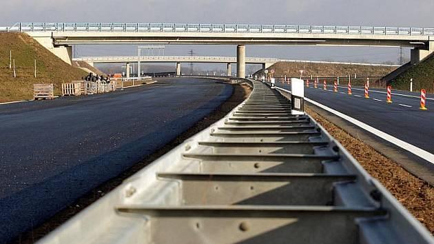 Majitelky pozemků pro dálnici D11 doručily vládě parafované dohody se státem o výměně parcel. O návrhu smluv nyní musí rozhodnout vláda. V případě jejich schválení a podpisu by stát nemusel pozemky vyvlastňovat.