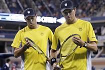 Americký tenistový pár Bob (vlevo) a Mike Bryanovi