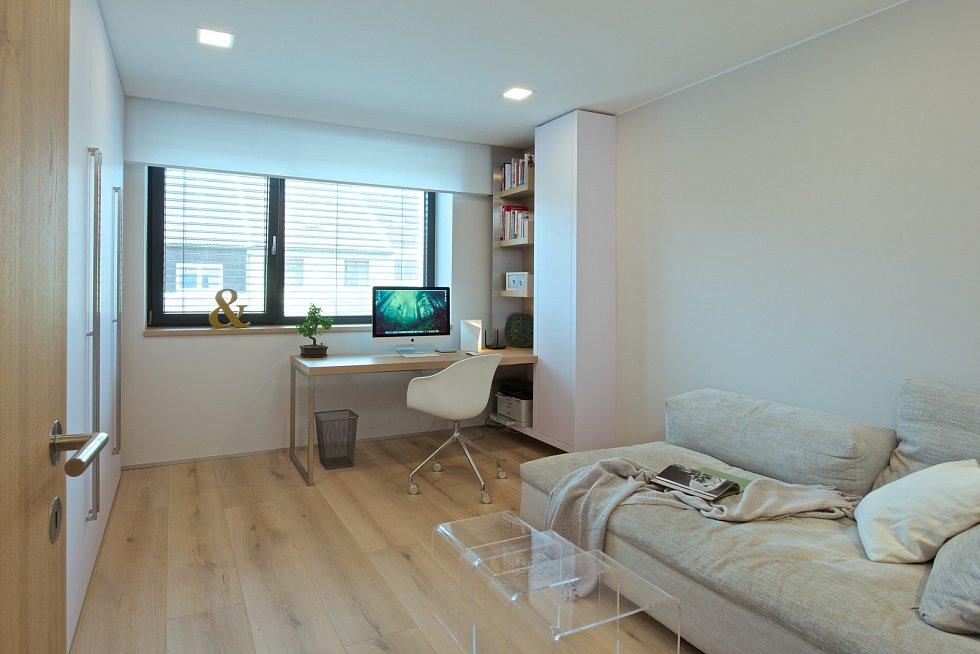 """Ve druhém patře vzniklo samostatné apartmá, jemuž domácí říkají """"hostovský"""" byt. Pracovna, ložnice, menší obývák s kuchyní i koupelna většinou nabízejí azyl při návštěvách příbuzných, kteří žijí v zahraničí."""