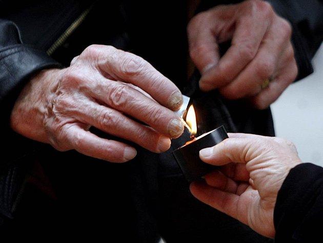 Zavzpomínat na zemřelé. Zapálit svíčku na jejich hrobě. Pomodlit se za jejich duše. Dnes si lidé připomínají Památku všech věrných zemřelých, nazývaných jako Dušičky.