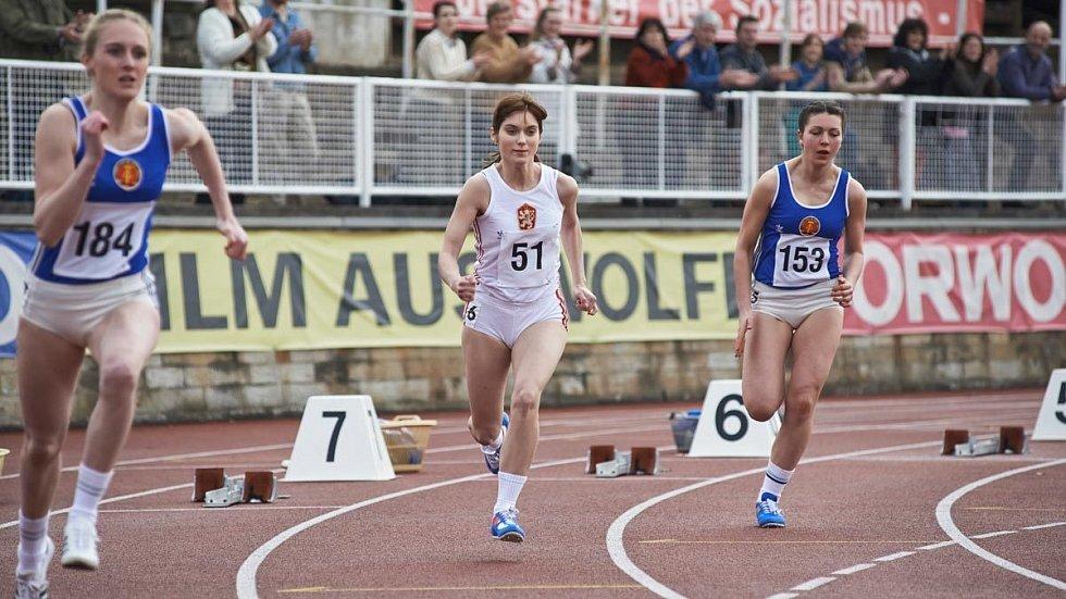 Judit Bárdos ve filmu Fair Play, v němž ztvárnila reprezentantku v běhu. Lvíček na prsou byl nedílnou součástí reprezentačního oblečení