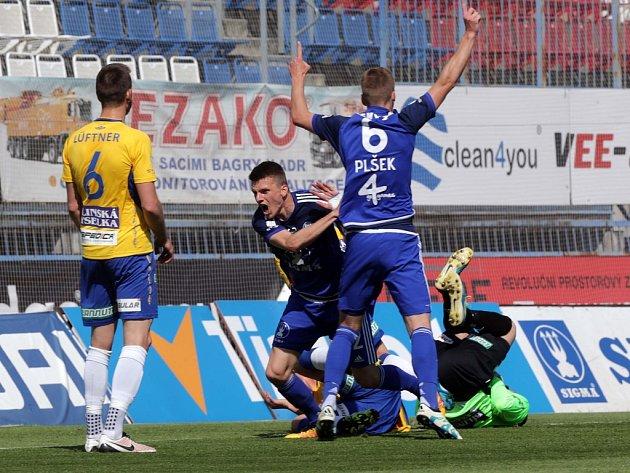 Fotbalisté Olomouce (v modrém) se radují z gólu proti Teplicím.