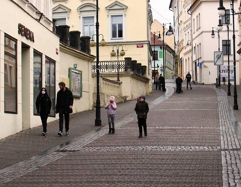 Zavřené kavárny a restaurace, většina obchodů i kulturní instituce. Ulice České Lípy zely v sobotu prázdnotou.