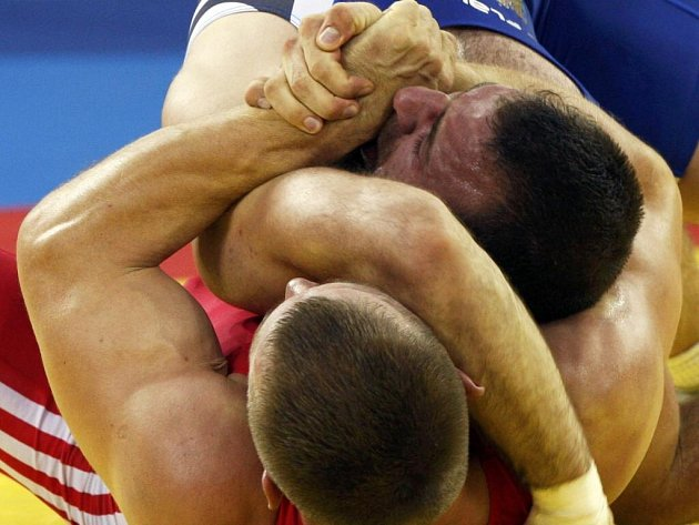 Jen o vlásek unikla medaile pětatřicetiletému Marku Švecovi (v červeném). Reprezentant v řeckořímském zápase podlehl v boji o bronz hmotnostní kategorie do 96 kg Assetu Mambetovovi z Kazachstánu.