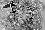 Bombardér Heinkel He 111 nad doky v jižním Londýně