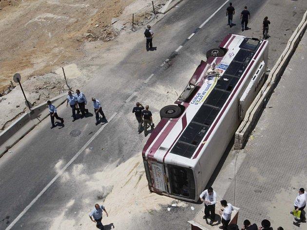 Autobus, do kterého najel palestinský atentátník traktorbagrem.