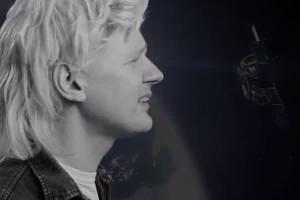 Assange v předvolebním klipu zpívá v paruce popový hit.