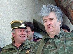 Radovan Karadžić (vpravo) a generál Ratko Mladič.