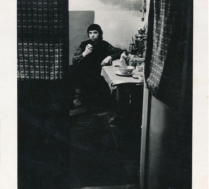 Viktor Pivovarov ve svém prvním moskevském ateliéru (1970)