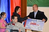 Marian Kotleba předává šek na 1488 eur.