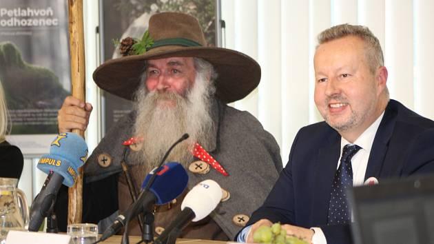 Na snímku ministr životního prostředí Richard Brabec a Krakonoš při setkání na tiskové konferenci 16. července kvůli znečištění Krkonoš.