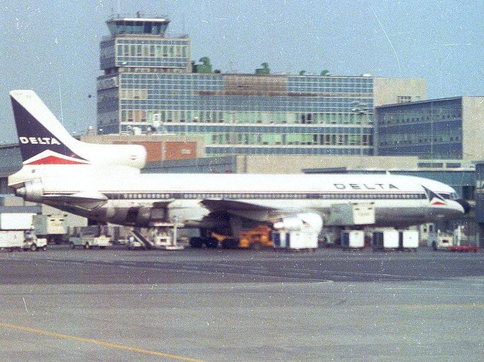 Lockheed L-1011-385-1 TriStar 1 N726DA Delta Air Lines na letišti v Montrealu v červenci 1984