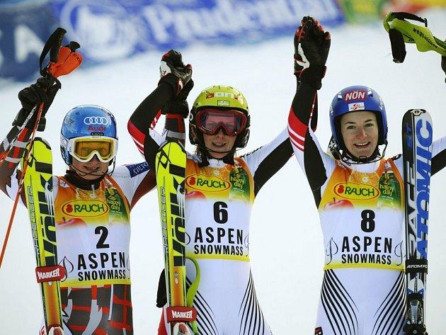 Tři nejlepší ženy slalomu v Aspenu - vítězka Nicole Hospová (uprostřed), druhá Tanja Poutiainenová (vlevo) a třetí Kathrin Zettelová.