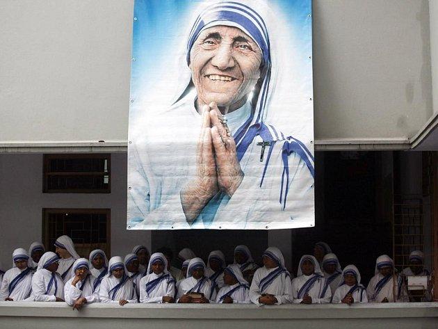 Stovky lidí u hrobu římskokatolické misionářky Matky Terezy ve východní Indii.